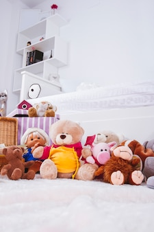 Мягкие игрушки в интерьере комнаты