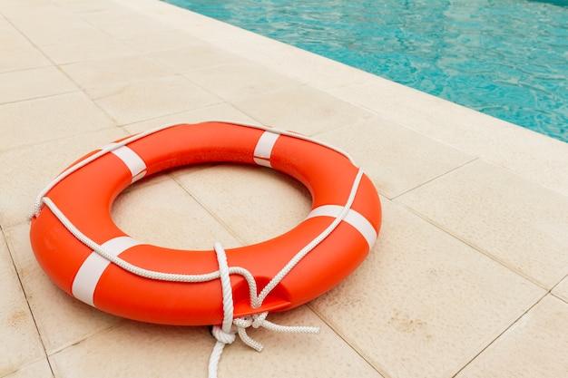 Спасатель рядом с бассейном