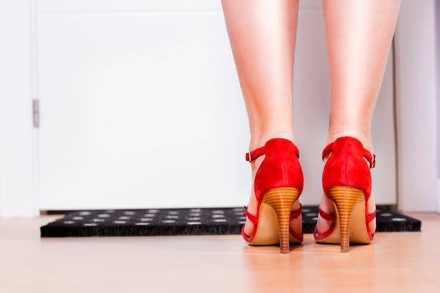 女性の足、背面図。正面玄関