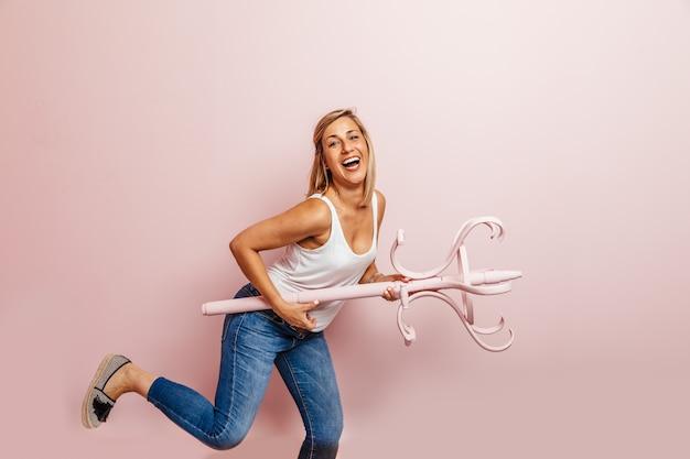 ピンクの壁と踊る幸せな女
