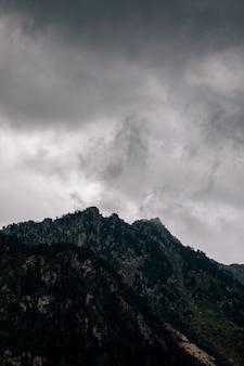 嵐雲と高山の風景