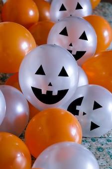 Оранжевые и белые хэллоуинские шары