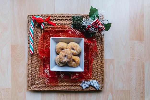 Рождественские пончики на блюдо