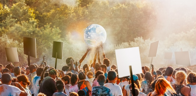 気候変動に抗議するために人々が集まる
