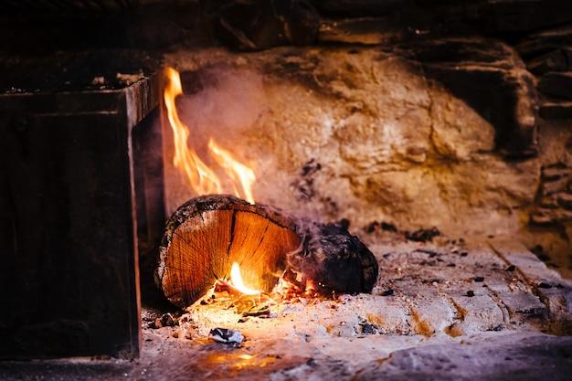 暖炉のそばに