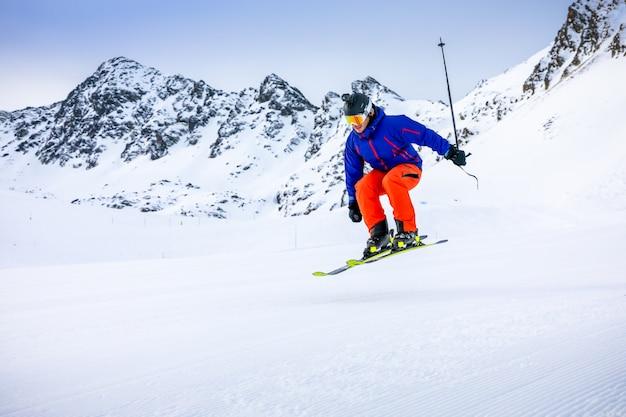 Человек на лыжах на горнолыжных склонах