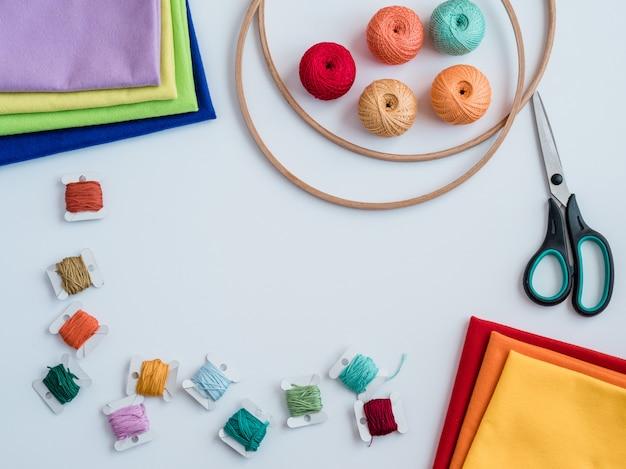 編み物用のカラフルな糸。フック、はさみ、編み針