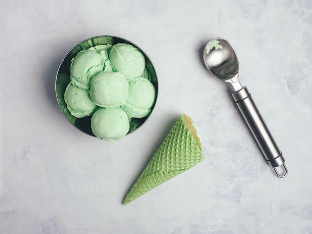 自家製グリーンオーガニックアボカドアイスクリーム。閉じる 。コピースペース。
