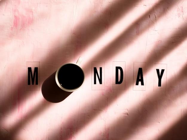 Слово понедельник с тенью света на светло-розовом фоне