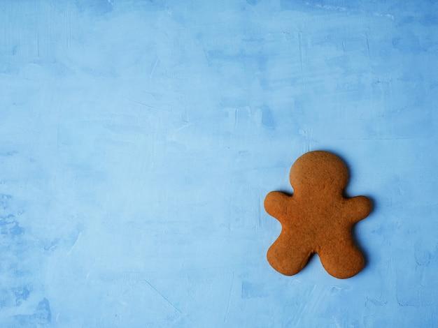 明るい青の背景に分離されたクリスマスクッキー。
