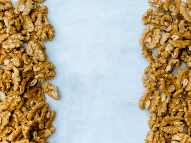 Ядро грецких орехов на светло-синем фоне, вид сверху.
