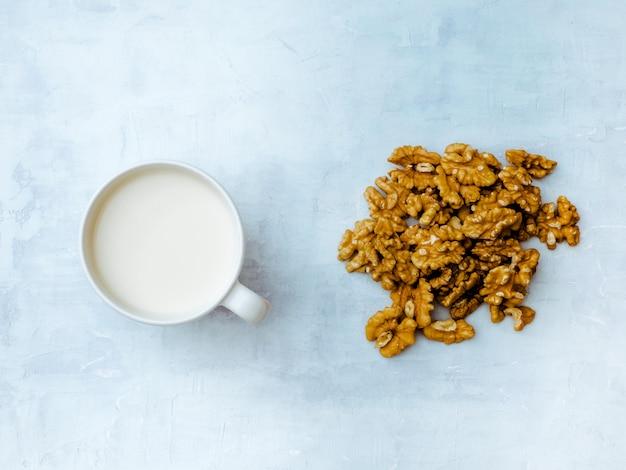 Орех грецкий орех веганский молоко с ядром грецкого ореха. вид сверху.