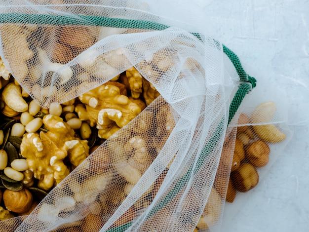 Многоразовые сетчатые мешки с разными орехами. ноль отходов концепции.