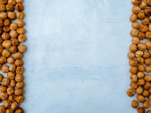 明るい青の背景、上面にヘーゼルナッツ。