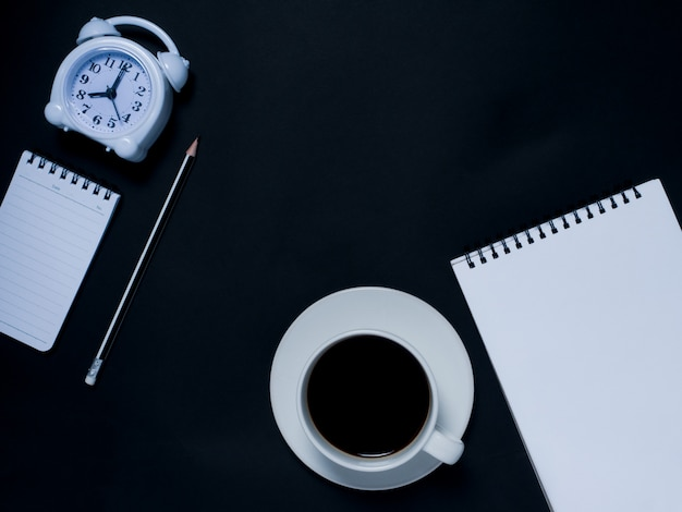 Блокнот, карандаш, будильник и черный кофе
