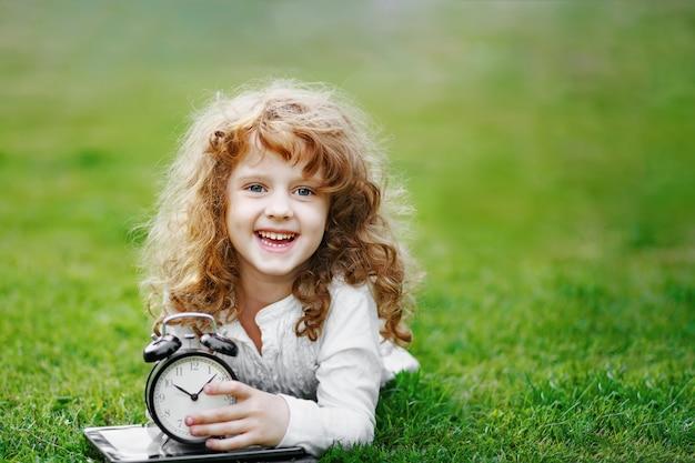 秋の公園で芝生の上で休んでいる女子高生。