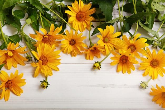 Желтые цветы на светлом фоне деревянные.