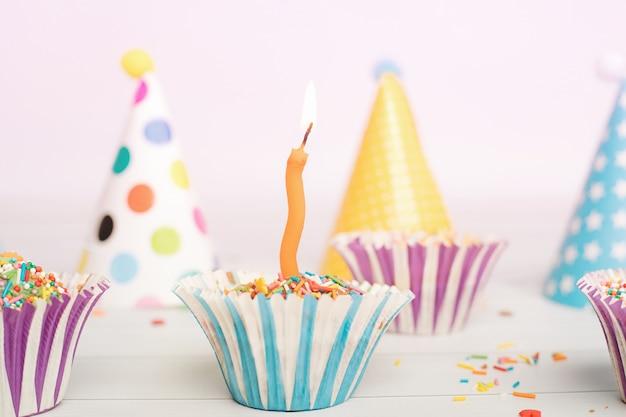 赤ちゃんの子供、ソフトフォーカスのキャンドルで誕生日ケーキを閉じます。