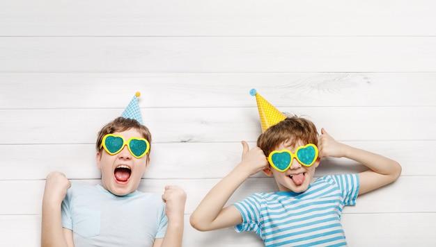 Счастливый смех ребенка с показывает палец вверх.