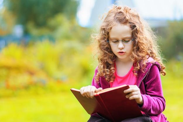 本を読む小さな女の子。教育の概念