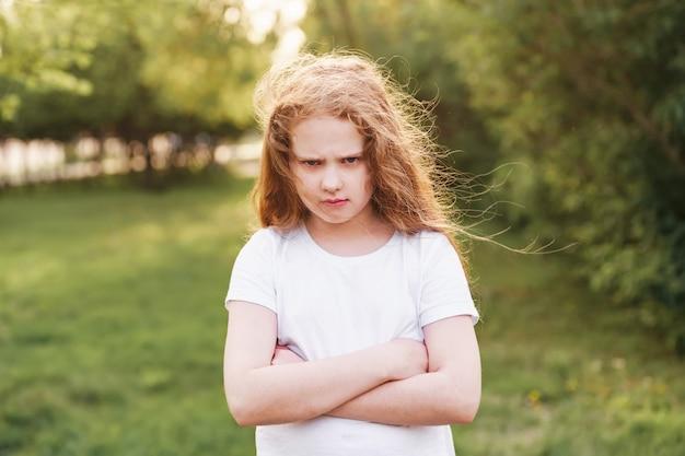 顔に怒りの表現を持つ感情的な子供
