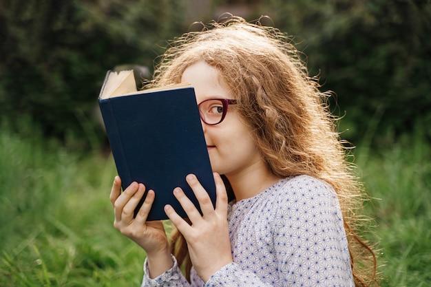 夢や屋外で本を読む少女。