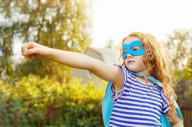 スーパーヒーローマスクを持つ賢い子供