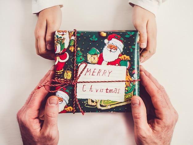 Руки ребенка и подарочные коробки
