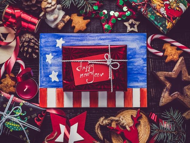 ギフト用の箱のクリスマス要素の装飾