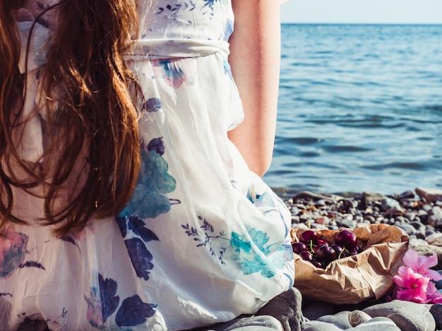 美しい花と長い髪を持つ孤独な少女