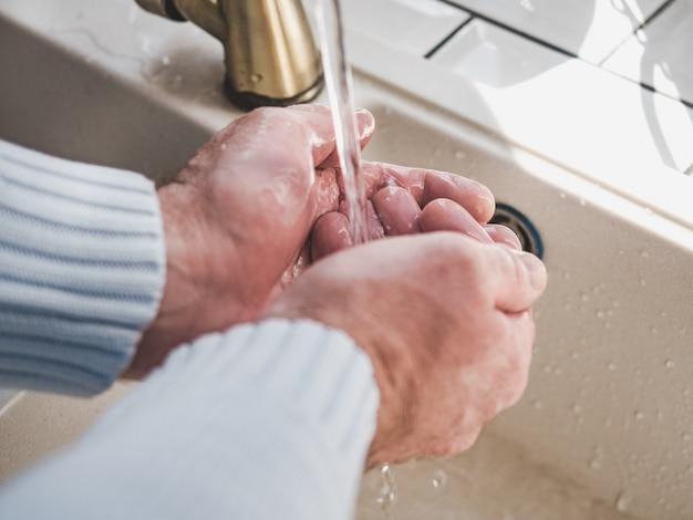 男性の手と石鹸