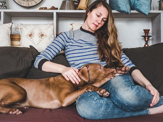 Стильная женщина и милый, милый щенок. крупный план