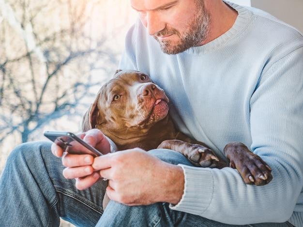 Красивый мужчина и очаровательный щенок. крупный план
