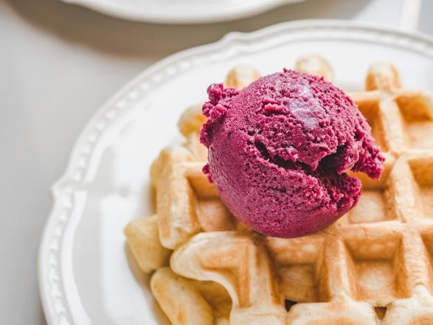 Мороженое и ароматные вафли. закрыть