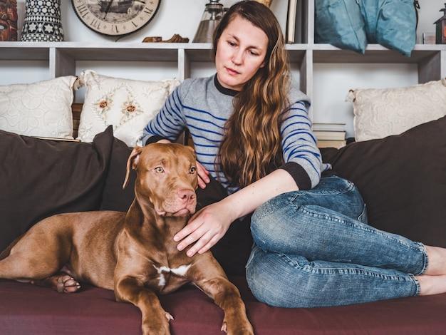Стильная женщина и симпатичный щенок. закрыть