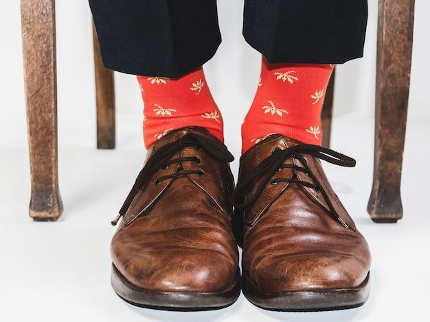 スタイリッシュな靴と明るい靴下の男性の足
