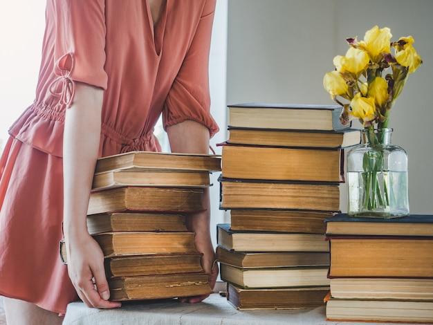 かわいい女性とヴィンテージの本。