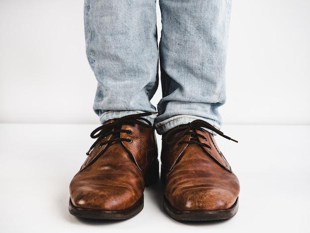 ヴィンテージ、茶色の靴、ジーンズ、そして人間の足