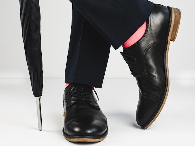 スタイリッシュな靴と明るい靴下