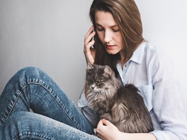 子猫を優しく保持している若い女性