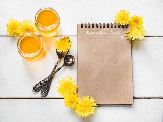 タンポポ、空白のページを持つノートブック