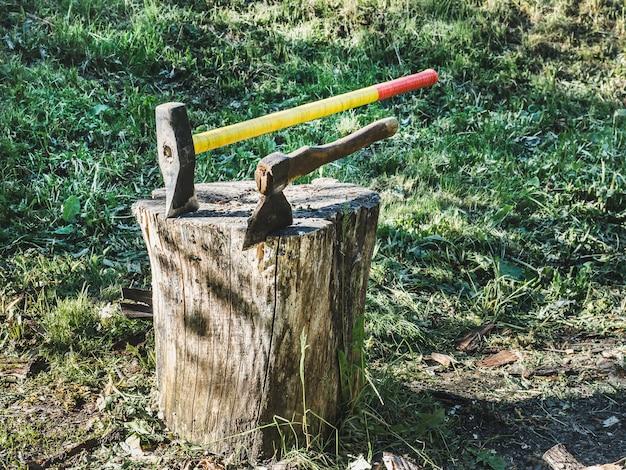 明るいハンドル付き斧