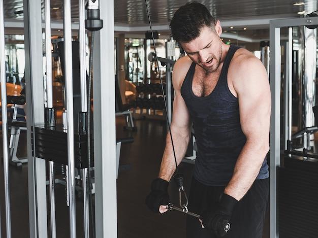 Парень выполняет силовые упражнения