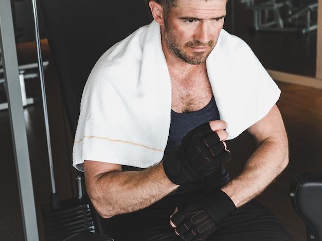 Мужчина готовится к силовой тренировке