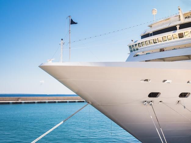 Корабль, береговая линия и голубое небо.