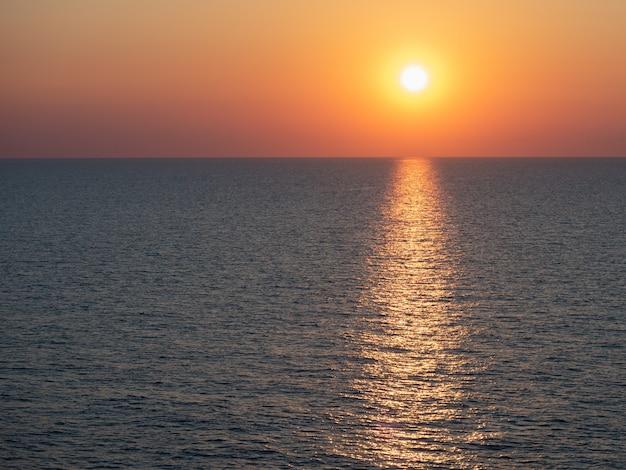 海の波の背景に魔法の夕日
