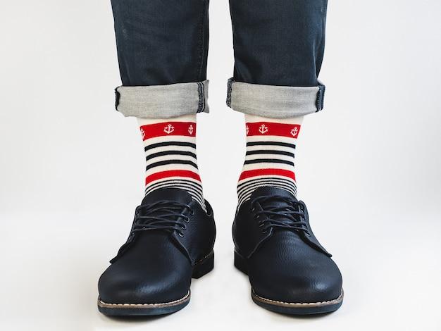 男性用足、明るい、縞模様の靴下と靴
