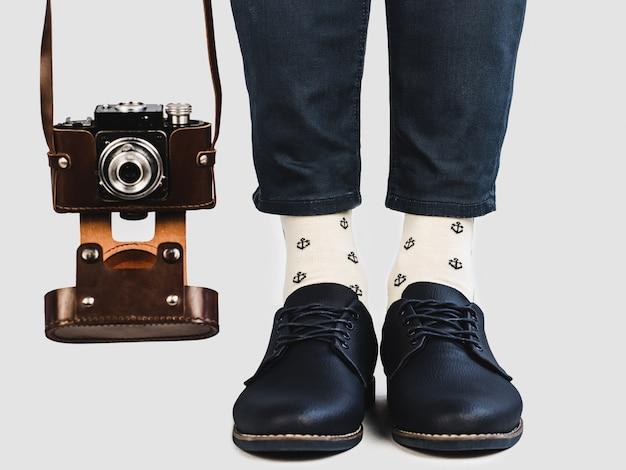 メンズレッグ、明るいソックス、スタイリッシュな靴