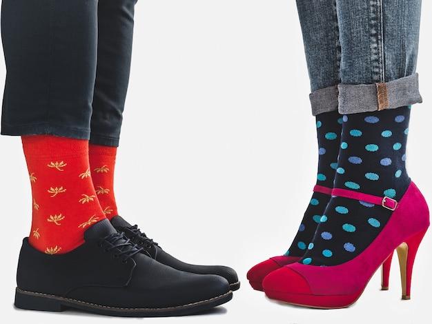 男性と女性の流行の靴、明るい靴下