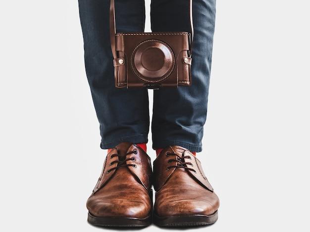 スタイリッシュな靴、明るい靴下とビンテージカメラ